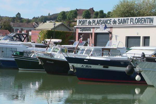 Le port de Saint-Florentin est situé sur le canal de Bourgogne, qui relie la Seine au Rhône.