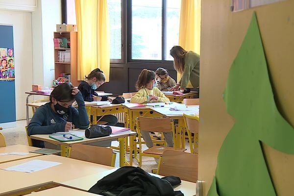 """Vauvert (Gard) - pendant les vacances scolaires, certainsenfants volontaires sont à l'école. Il s'agit du dispositif """"vacances apprenantes"""" - 2021."""