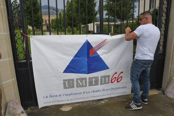 Les patrons des établissements de nuit des Pyrénées-Orientales, regroupés dans la branche nuit de l'union des métiers de l'industrie hôtelière, ont accroché une banderole sur les grilles de la mairie de Prades.