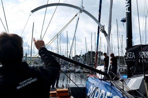 Sébastien Simon (de dos) lors de la pose du nouveau foil de son voilier IMOCA