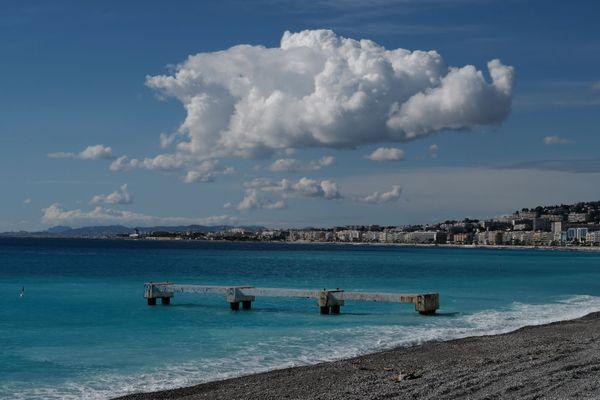 """Le ponton a été dénommé """"quai abandonné vu de la Promenade des Anglais"""" par le photographe, Nice"""