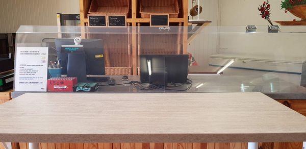 L'installation de la caisse : plaque de plexiglass et table de séparation