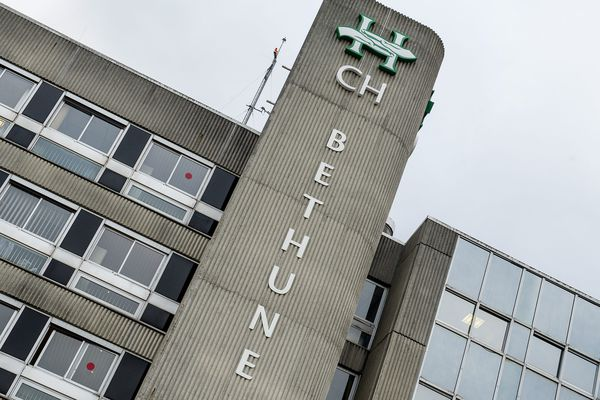 La façade de l'hôpital de Béthune en 2013.