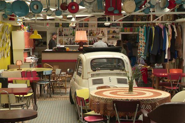 L'Autre Café, un bar-restaurant-galerie-brocante et... station de pédalos