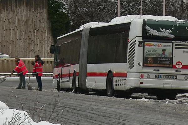 La neige ce matin à Lyon : bus à l'arrêt (ici Montée de Choulans) et circulation difficile ... 1812/17