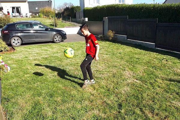 Adam, joueur U13 de Plabennec, en pleine séance d'entraînement dans son jardin