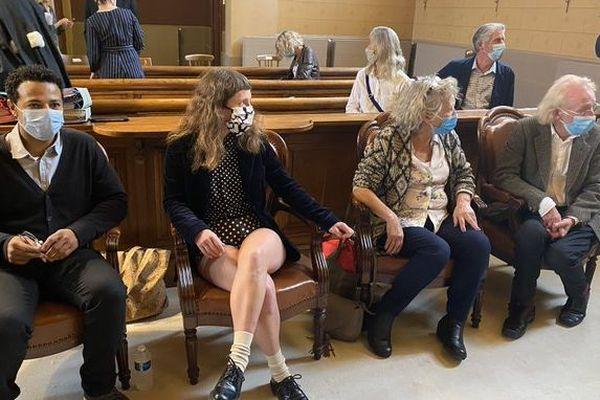 Le compagnon de la victime en salle d'audience, assis à droite et la famille de Xynthia Hawke.