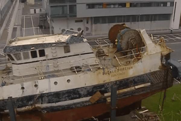 L'épave du Bugaled Breizh, ce chalutier dont le naufrage fît cinq victimes en Manche le 15 janvier 2004, dans le port de Brest