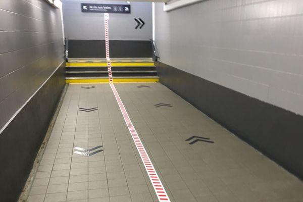 Dans les couloirs de la gare de Périgueux. Les voyageurs sont tenus de garder leurs distances et de suivre un sens de circulation.