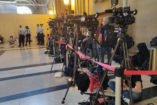 """Une forêt de caméras, à la sortie de la salle """"grand procès""""."""