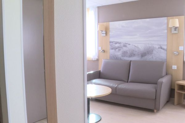Le salon de l'un des vingt logements de l'hôtel hospitalier de la Fondation Hopale à Berck.