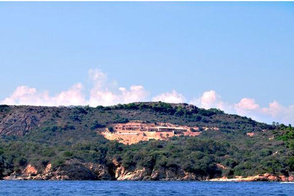 Les constructions sont visibles depuis la mer.