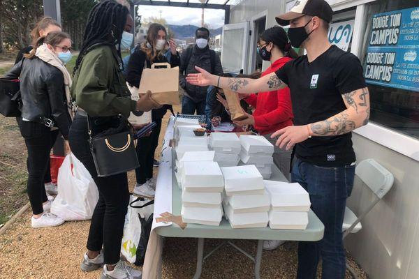 La distribution des 300 repas a lieu ce jeudi 11 mars sur le campus des Cézeaux à Clermont-Ferrand.