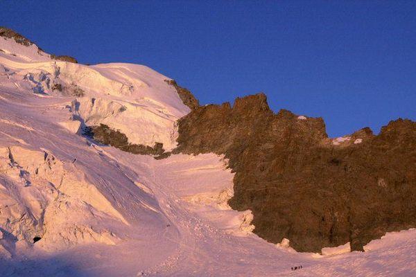l'avalanche a été repérée par le gardien du refuge des Écrins (3.170 mètres) qui a donné l'alerte.