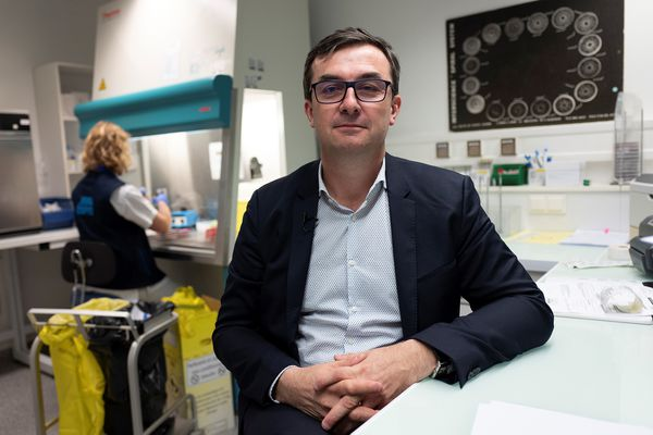 Le professeur Frédéric Laurent, photographié en mars 2019 dans son laboratoire de bactériologie des Hospices Civils de Lyon.