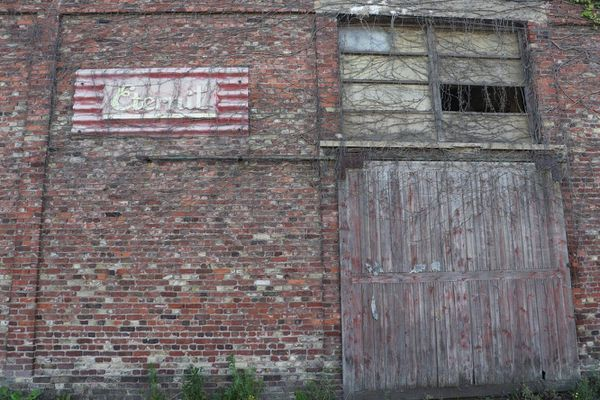 Un vieux bâtiment industriel du quai Gustave-Lamarle à Calais.