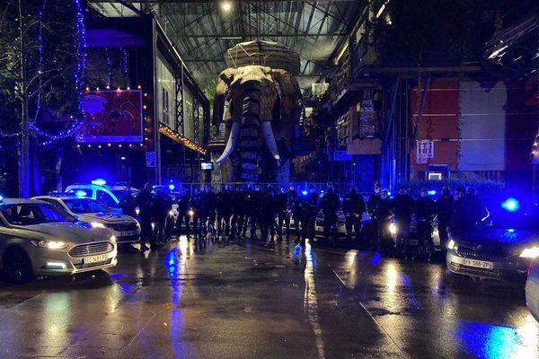 La police entre découragement et révolte manifeste devant le grand éléphant de Nantes