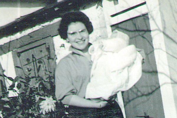 Denise qui tient sa petite soeur Irène dans ses bras