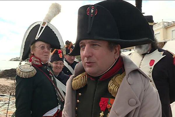 Napoléon entouré de ses soldats.
