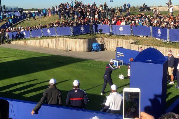 Tiger Woods frappe sa première balle à la Ryder Cup.