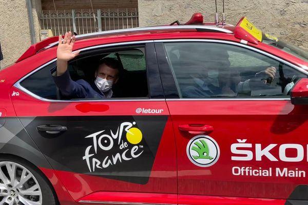 Une heure après son arrivée à Sainte-Marie de Campan, Emmanuel Macron prend place dans la voiture de la course au pied du Tourmalet