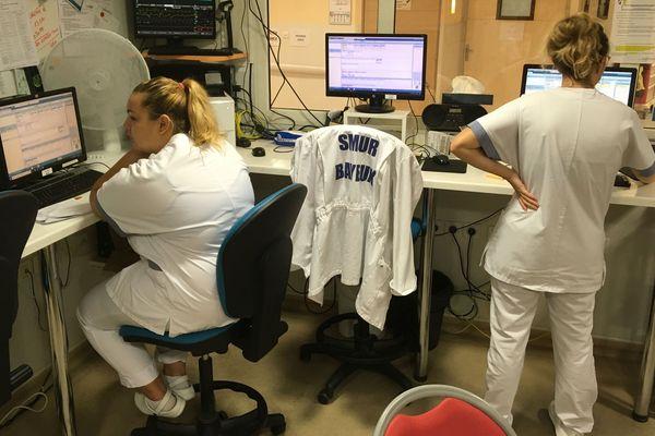 """Les dossiers des patients sont complétés en temps réel par les soignants. """"Parfois, ils nous voient à travers la baie vitrée, assis derrière des ordinateurs. Ils ont l'impression qu'on ne fait rien, et ils se mettent en colère !"""""""