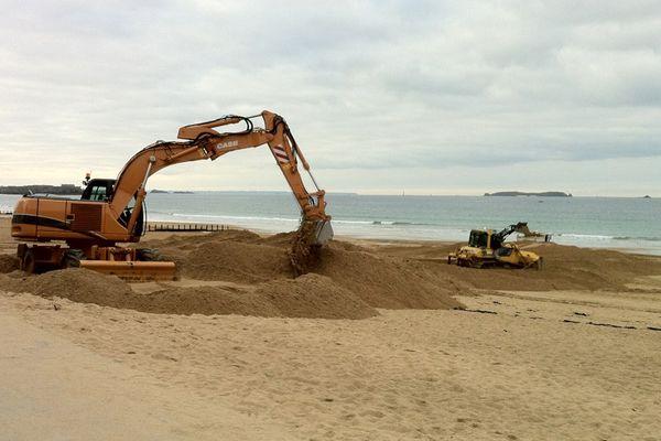 Des pelleteuses sont sur la plage du Sillon depuis le 5 novembre