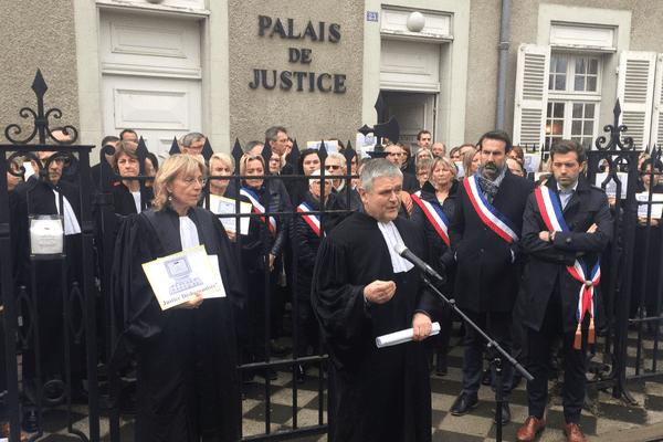 Avocats et magistrats se sont rassemblés jeudi matin devant le tribunal de Cusset, dans l'Allier