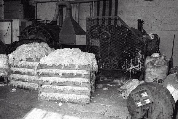 Photo prise à Clermont-Ferrand le 14 août 1976 à l'intérieur de la manufacture Amisol productrice d'amiante et de matériaux isolants.