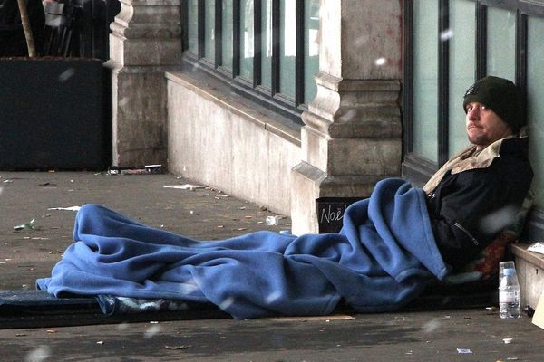En France, en novembre 2014, plus de 9 000 personnes vivaient dans la rue, sans solution d'hébergement.