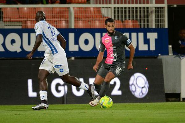 Le Havrais Issam CHEBAKE (à droite) face à Auxerre