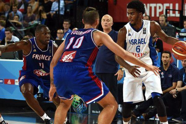 L' Israel Shawn Dawson face à Evan Fournier le 10 septembre lors de l' EuroBasket 2015 à Montpellier