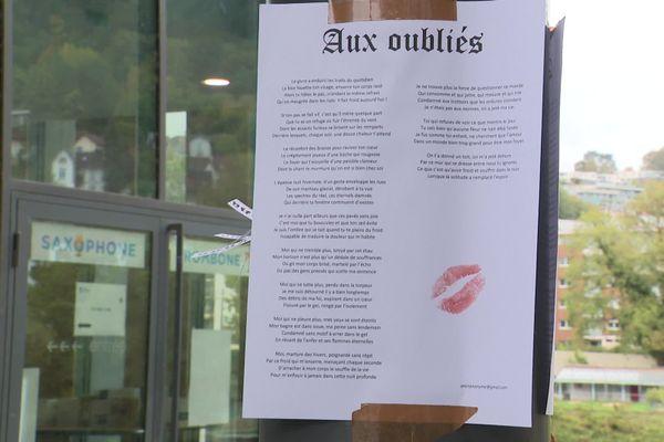 Les réactions peuvent être différentes. Ici, une personne a déposé un baiser sur le poème.