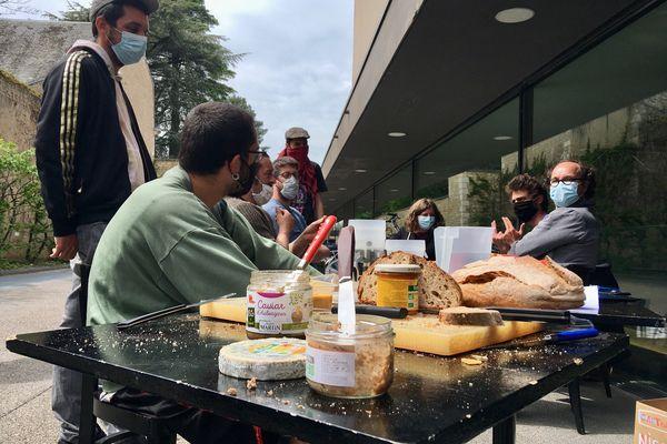 Des personnes occupant le TAP étaient rassemblées lundi 25 avril autour d'un déjeuner.