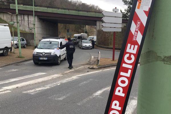 Plusieurs contrôles de police sont mis en place à Périgueux pour faire respecter le confinement.