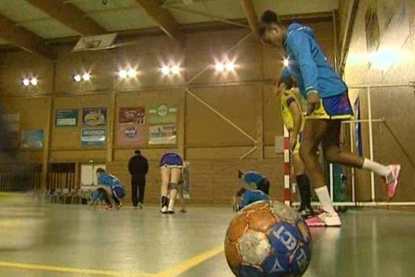 Echauffement des joueuses juste avant le Quart de finale de la Coupe de la ligue de handball féminin à Cournon