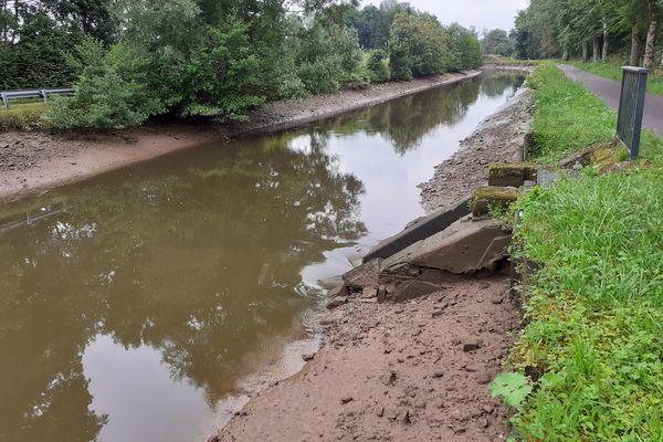Sur le canal des Vosges à Pont-du-Bois, au pied de ce déversoir des pierres ont été emportées par le courant et des infiltrations d'eau se sont créées.