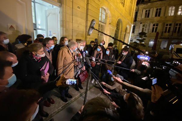 Les parents de la victime à la sortie du tribunal, le soir du premier jour de procès à Vesoul.