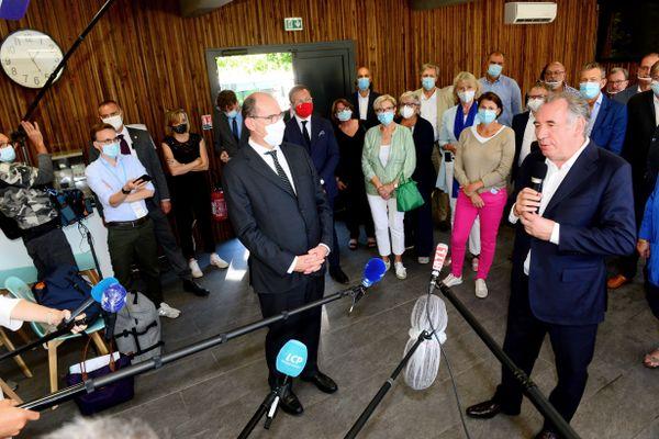 Le Premier ministre Jean Castex écoute le président du Modem et maire de Pau, François Bayrou qui s'adresse aux journalistes le mardi 8 Septembre à Sanguinet dans les Landes.