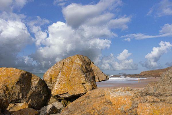 Ciel de traîne sur les rochers à Plevenon - Grand Site Cap d'Erquy - Cap Fréhel  (22)