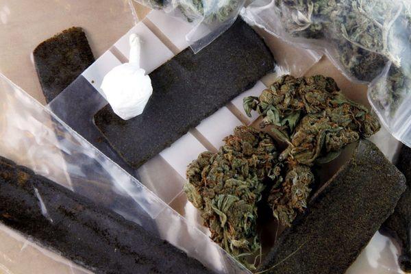 Illustration. Barettes de shit (résine de cannabis) et sachet d'herbe (Marijuana).
