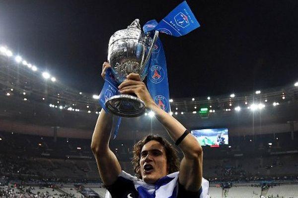 Edinson Cavani brandit la 10 e coupe du PSG à égalité avec l'OM