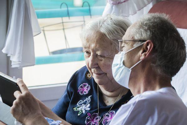 Les outils numériques permettent aux personnes âgées de communiquer avec leur famille pendant la période de confinement.