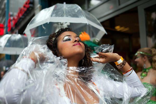Il y a des tas d'idées pour défiler sous la pluie... pensez au film alimentaire, par exemple
