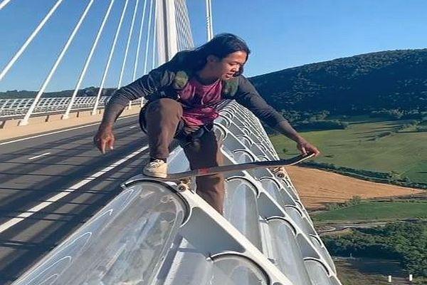 Un saut impressionnant depuis le viaduc de Millau qu'on ne vous conseillle pas de reproduire... Ce basejumper a quinze années de pratique à son actif.
