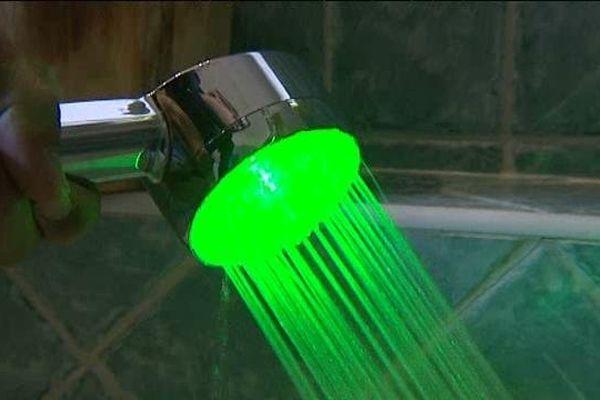 Quand la lumière est verte, vous êtes sous les 10 litres, si elle passe au rouge vous avez dépassé les 40 litres d'eau écoulés.