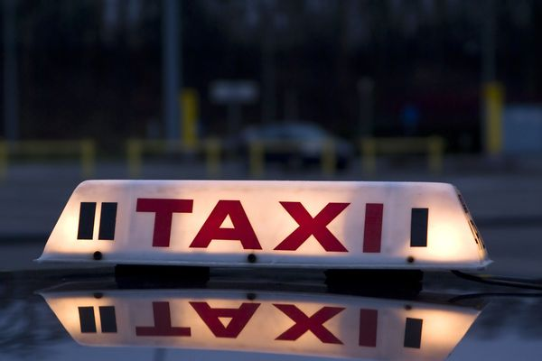 Taxi : enseigne lumineuse sur un véhicule