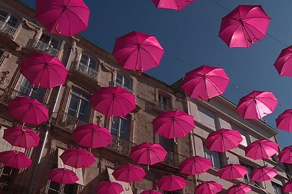 Des parapluies dans le ciel de Montpellier pour symboliser la prévention et le dépistage, meilleurs alliés de la médecine pour guérir les cancers du sein. 1/10/2019