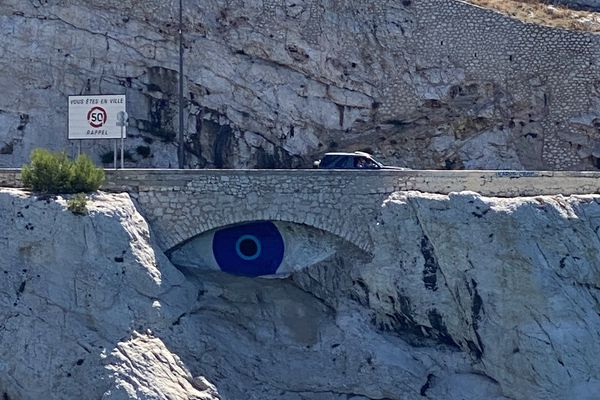 Cette oeuvre anonyme représentant un Nazar Boncuk (œil porte-bonheur turc) perturbait le restaurant Passedat situé en face, dans l'anse de la Fausse Monnaie à Marseille (7ème).