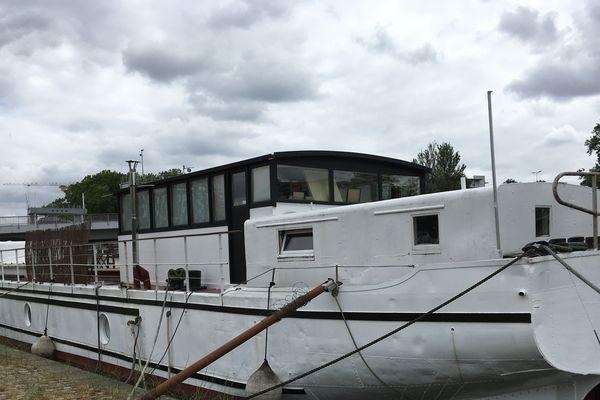 Amarrée au quai du bassin Saint-Félix à Nantes, la péniche Le Sémaphore est à vendre depuis quatre mois.